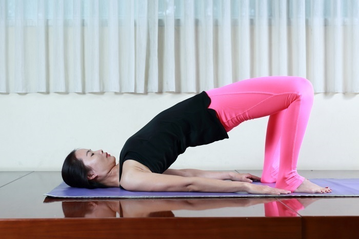 bai-tap-yoga-don-gian-cho-nguoi-moi-bat-dau (3)